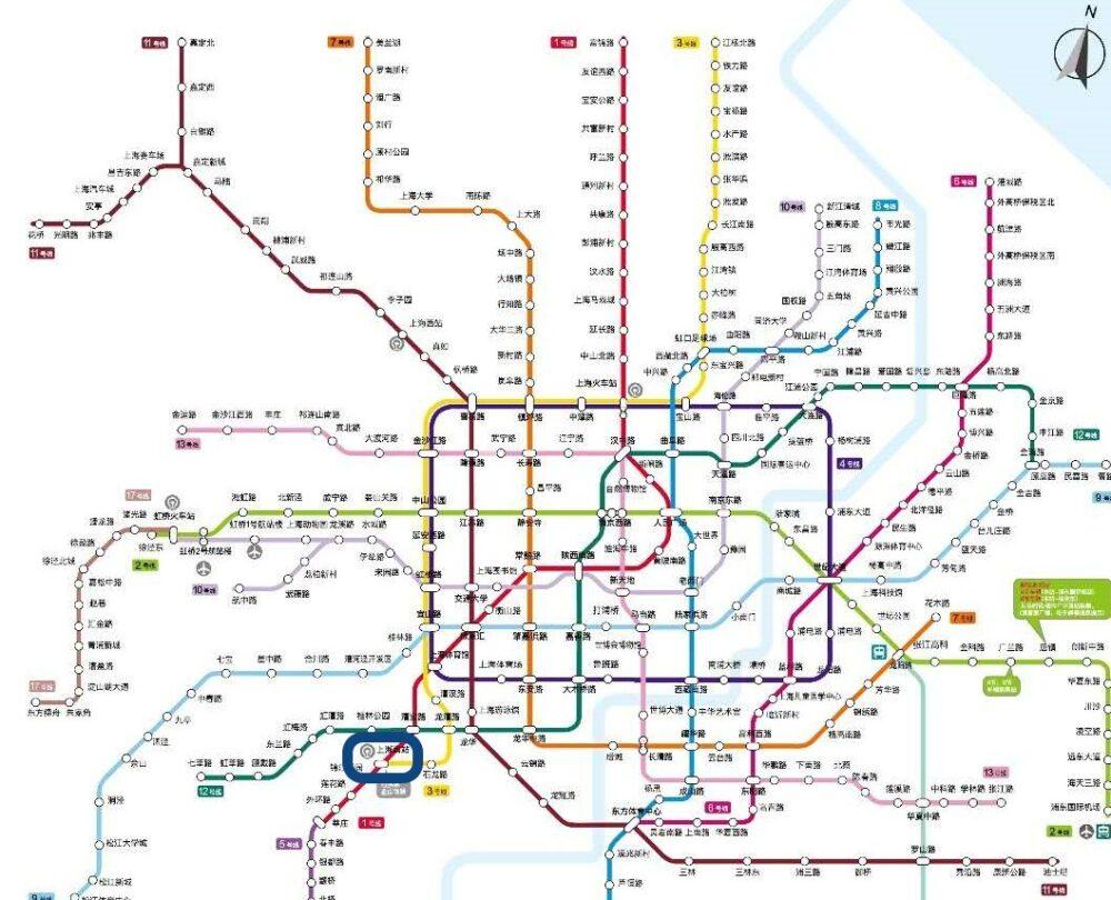 上海地下鉄のマップで上海南駅の場所を確認してい写真