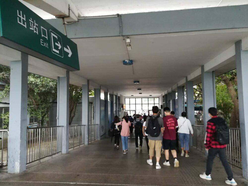 海寧駅の改札出口の様子の写真